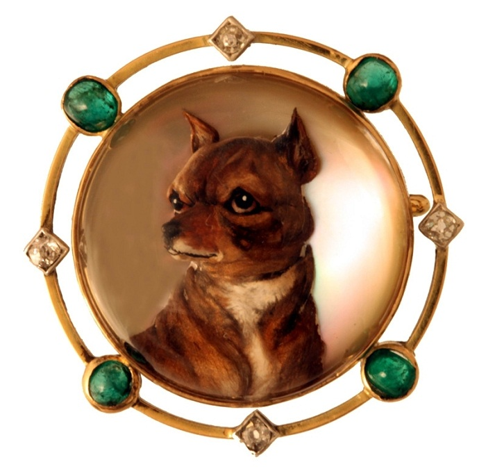 Click to see full size: Reverse integlio crystal brooch of a Chihuahua