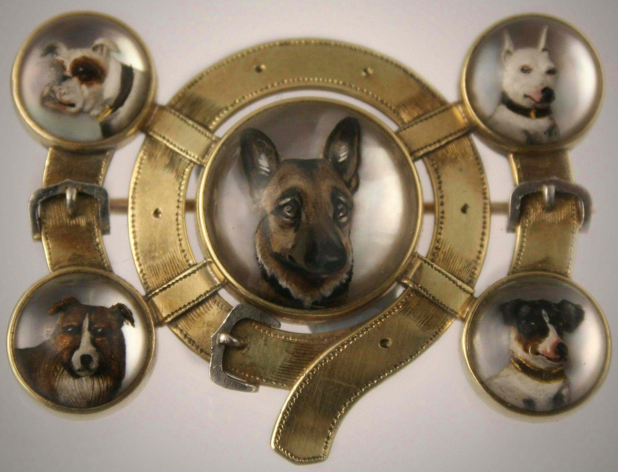 Click to see full size: Reverse intaglio crystal featuring a German Shepherd