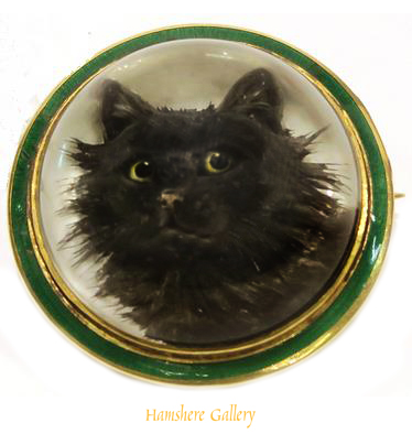 Click to see full size: An 18 carat reverse intaglio crystal brooch of a cat